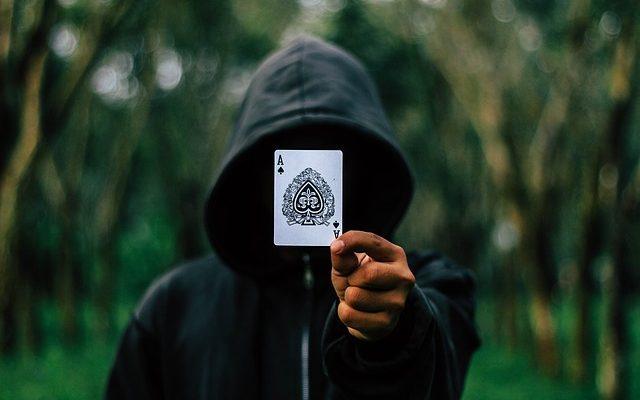tryllekunstner i Koebenhavn holder et es