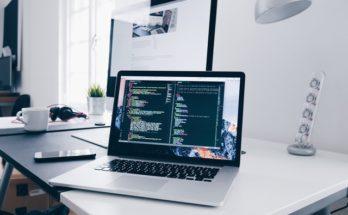 Macbook og arbejdsbord